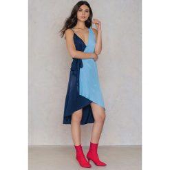 Sukienki: NA-KD Trend Asymetryczna sukienka kopertowa – Blue
