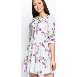 Szara Sukienka Flowerish. Szare sukienki mini marki Born2be, s, z aplikacjami, z okrągłym kołnierzem. Za 89,99 zł.