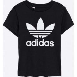 Adidas Originals - T-shirt dziecięcy 128-164 cm. Czarne t-shirty chłopięce z nadrukiem marki adidas Originals, z bawełny, z okrągłym kołnierzem. W wyprzedaży za 79,90 zł.