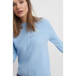 Sweter z broszką. Czerwone apaszki damskie marki Orsay, m. W wyprzedaży za 60,00 zł.