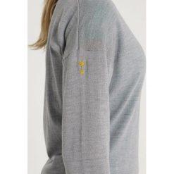 Lacoste Sport RYDER CUP Sweter argent chine/blanc. Szare swetry klasyczne damskie Lacoste Sport, z materiału. Za 599,00 zł.