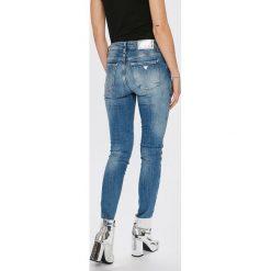 Guess Jeans - Jeansy Sexy Curve. Niebieskie jeansy damskie rurki marki Guess Jeans, z obniżonym stanem. W wyprzedaży za 499,90 zł.