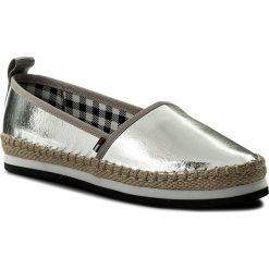 Espadryle TOMMY JEANS - Sporty Metallic Slip On EN0EN00203 Silver 000. Szare espadryle damskie Tommy Jeans, z jeansu, na płaskiej podeszwie. W wyprzedaży za 199,00 zł.