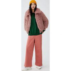 Futrzana kurtka z koszulowym kołnierzem. Czerwone kurtki damskie marki Pull&Bear, z futra. Za 199,00 zł.