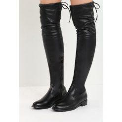 Czarne Kozaki Lady In Grey. Czarne buty zimowe damskie marki Born2be, z materiału, z okrągłym noskiem, przed kolano, na wysokim obcasie, na płaskiej podeszwie. Za 79,99 zł.