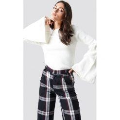 Trendyol Sweter z bufiastym rękawem - White. Białe swetry klasyczne damskie Trendyol, z dzianiny, z okrągłym kołnierzem. Za 100,95 zł.