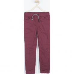 Spodnie. Czerwone chinosy chłopięce ROCK U, z bawełny. Za 89,90 zł.