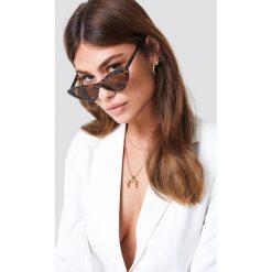 NA-KD Accessories Zdobione okulary przeciwsłoneczne kocie oczy - Brown. Brązowe okulary przeciwsłoneczne damskie aviatory NA-KD Accessories. Za 80,95 zł.