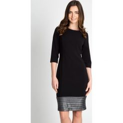 Czarna ołówkowa sukienka  QUIOSQUE. Czarne sukienki balowe marki QUIOSQUE, na imprezę, z dekoltem na plecach, ołówkowe. W wyprzedaży za 139,99 zł.