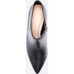 Clarks - Botki. Czarne botki damskie na obcasie marki Clarks, z materiału. W wyprzedaży za 239,90 zł.