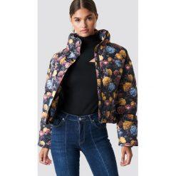 NA-KD Krótka kurtka watowana - Multicolor. Czarne kurtki damskie NA-KD, z materiału. Za 283,95 zł.
