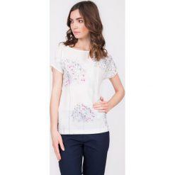 Bluzka ecru z kokardą na plecach QUIOSQUE. Szare bluzki nietoperze marki QUIOSQUE, z nadrukiem, z dzianiny, z dekoltem na plecach, z krótkim rękawem. W wyprzedaży za 39,99 zł.
