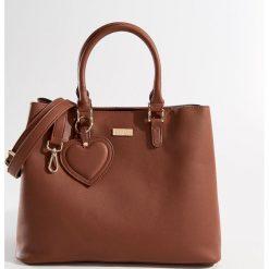 Torba City Bag z brelokiem - Bordowy. Czerwone torebki klasyczne damskie marki Mohito, z breloczkiem. Za 139,99 zł.