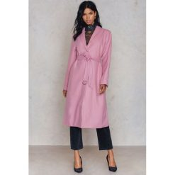 NA-KD Różowy płaszcz - Pink. Różowe płaszcze damskie pastelowe NA-KD, w paski, z materiału. W wyprzedaży za 242,98 zł.