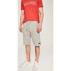 Tommy Jeans - Szorty. Szare bermudy męskie Tommy Jeans, z bawełny, casualowe. W wyprzedaży za 219,90 zł.
