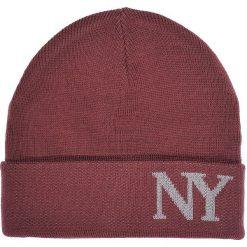 CZAPKA MĘSKA Z MODOWYM NAPISEM. Brązowe czapki zimowe męskie Top Secret, na jesień, z napisami, klasyczne. Za 19,99 zł.