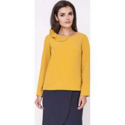 Camelowa Elegancka Bluzka Wizytowa z Falbanką przy Dekolcie. Żółte bluzki wizytowe Molly.pl, l, eleganckie, z falbankami, z krótkim rękawem. W wyprzedaży za 106,86 zł.
