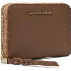 Portfele damskie: Duży Portfel Damski TOMMY HILFIGER – Leather Twist Compact Wallet AW0AW03730 257