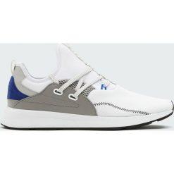 Białe buty sportowe w stylu skarpety strap. Białe skarpetki męskie Pull&Bear. Za 96,90 zł.