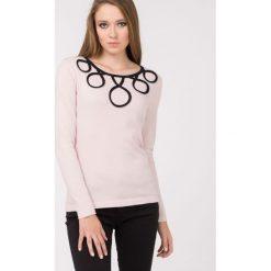 Swetry klasyczne damskie: Sweter z efektownym wzorem