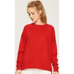 Sweter z kieszeniami - Czerwony. Białe swetry klasyczne damskie marki Sinsay, l, z napisami. Za 59,99 zł.