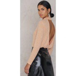 NA-KD Sweter z odkrytymi plecami - Orange. Pomarańczowe swetry klasyczne damskie marki NA-KD, z elastanu, z dekoltem na plecach. W wyprzedaży za 48,59 zł.