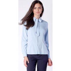 Elegancka Błękitna Koszulowa Bluzka z Wiązaniem przy Kołnierzyku. Niebieskie bluzki koszulowe Molly.pl, l, biznesowe, z długim rękawem. W wyprzedaży za 139,41 zł.
