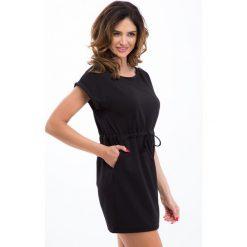 Sukienki hiszpanki: Czarna sukienka ze sznurkiem w pasie 12660