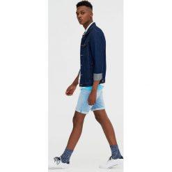 Jasnoniebieskie jeansowe bermudy skinny fit. Szare bermudy męskie Pull&Bear, z denimu. Za 89,90 zł.