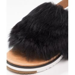 UGG HOLLY Japonki black. Czarne sandały damskie Ugg, z materiału. W wyprzedaży za 607,20 zł.