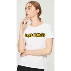 T-shirt Influencer - Biały. Białe t-shirty damskie Sinsay, l. W wyprzedaży za 14,99 zł.