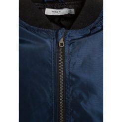 Name it NKMMARTEN Kurtka przejściowa dress blues. Czerwone kurtki chłopięce przejściowe marki Name it, l, z nadrukiem, z bawełny, z okrągłym kołnierzem. W wyprzedaży za 161,10 zł.
