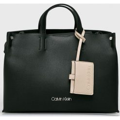 Calvin Klein - Torebka. Czarne torebki klasyczne damskie marki Calvin Klein, w paski, z materiału, średnie. Za 699,90 zł.