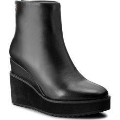Botki KAZAR - Alia 30979-01-00 Czarny. Czarne buty zimowe damskie Kazar, ze skóry, na wysokim obcasie, na koturnie, na zamek. W wyprzedaży za 409,00 zł.