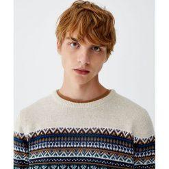 Sweter z żakardowym wzorem na piersi. Białe swetry klasyczne męskie Pull&Bear, m, z żakardem. Za 89,90 zł.