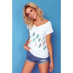 Bluzka t-shirt piórka k126. Białe bluzki asymetryczne Knitis, m, w kolorowe wzory, z dzianiny, klasyczne, z klasycznym kołnierzykiem, z krótkim rękawem. Za 69,00 zł.
