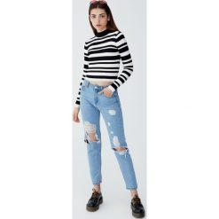 Jeansy mom fit z przetarciami. Niebieskie jeansy damskie relaxed fit marki Reserved. Za 109,00 zł.