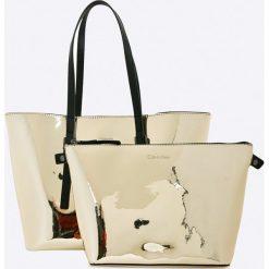 Torebki i plecaki damskie: Calvin Klein Jeans – Torebka Zone Medium Shopper Metalic
