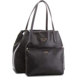 Torebka GUESS - HWVG69 95230  BLA. Czarne torebki klasyczne damskie Guess, z aplikacjami, ze skóry ekologicznej, duże. Za 559,00 zł.