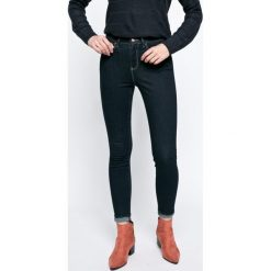 Wrangler - Jeansy Rinsewash. Niebieskie jeansy damskie Wrangler, z aplikacjami, z bawełny, z podwyższonym stanem. W wyprzedaży za 259,90 zł.