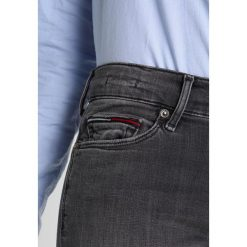 Tommy Jeans MID RISE SKINNY NORA 7/8 Jeans Skinny Fit fargo grey stretch. Szare jeansy damskie relaxed fit marki Tommy Jeans. W wyprzedaży za 384,30 zł.