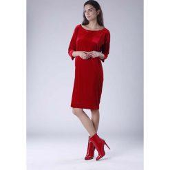 Czerwona Luźna Sukienka z Dekoltem w Łódkę z Weluru. Czerwone sukienki na komunię Molly.pl, do pracy, l, z weluru, biznesowe, z dekoltem w łódkę, oversize. W wyprzedaży za 120,81 zł.