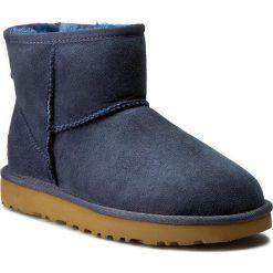 Buty UGG - W Classic Mini II 106222 W/Navy. Niebieskie buty zimowe damskie Ugg, ze skóry. Za 759,00 zł.