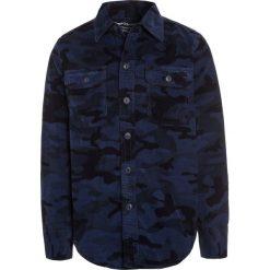 GAP CAMO Koszula dark indigo. Niebieskie koszule chłopięce GAP, z bawełny. W wyprzedaży za 135,20 zł.