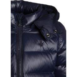 Polo Ralph Lauren OUTERWEAR JACKET Kurtka puchowa collection navy. Niebieskie kurtki chłopięce zimowe marki Polo Ralph Lauren, z materiału. W wyprzedaży za 602,10 zł.