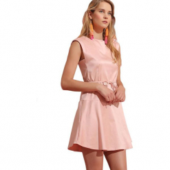 Sukienka w kolorze jasnoróżowym. Czerwone sukienki marki Almatrichi, s, z okrągłym kołnierzem, midi, proste. W wyprzedaży za 199,95 zł.