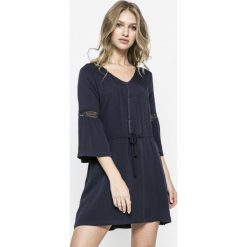 Answear - Sukienka Bmatie. Sukienki małe czarne marki ANSWEAR, na co dzień, l, z tkaniny, casualowe, rozkloszowane. W wyprzedaży za 99,90 zł.