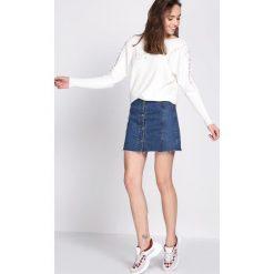 Biały Sweter Whereabouts. Białe swetry klasyczne damskie Born2be, l, z dekoltem w łódkę. Za 49,99 zł.