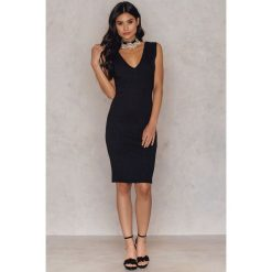 Sukienki hiszpanki: Hannalicious x NA-KD Sukienka z dekoltem w serek – Black