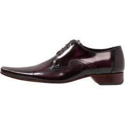 Jeffery West PINO CENTRE SEAM 3 EYE DERBY Eleganckie buty aubergine. Fioletowe buty wizytowe męskie Jeffery West, z materiału, na sznurówki. Za 749,00 zł.